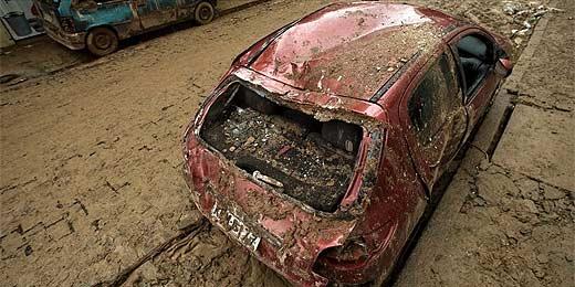 Carros destruídos compõem cenário da destruição em Nova Friburgo