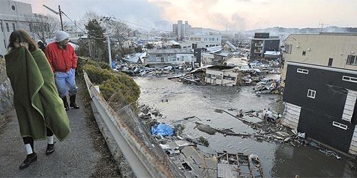 Japoneses observam destruição na manhã seguinte ao terremoto