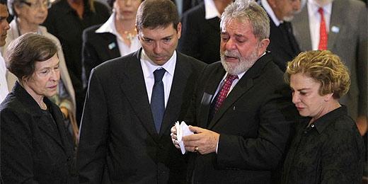 Ex-presidente Lula emociona-se ao lado do caixão de José Alencar