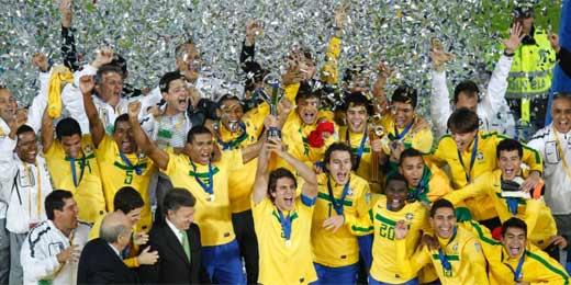 Capitão da seleção brasileira, levanta a taça; equipe venceu Portugal