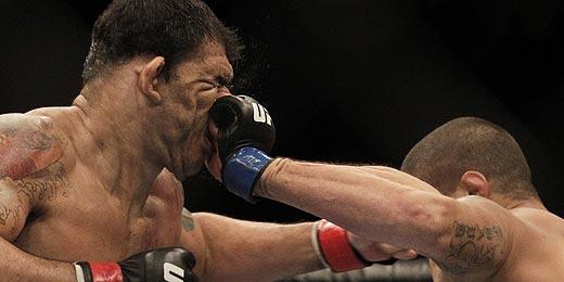 Técnico chama Minotauro (esq.) de 'Super-Homem' após vitória no UFC Rio