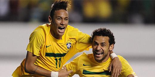 Neymar (esq.) comemora 2º gol do Brasil na vitória sobre a Argentina
