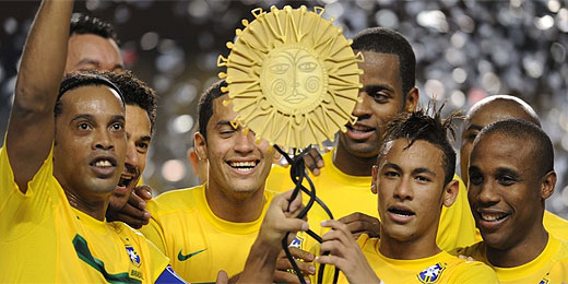 Jogadores levantam troféu após vitória do Brasil sobre a Argentina